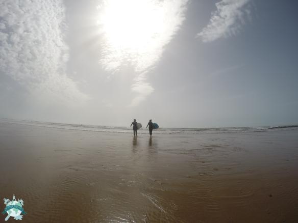 Surfer sur les vagues de Sidi Kaouki
