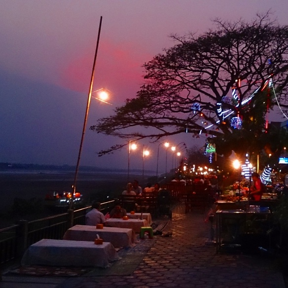 Les boui-bouis au bord du Mékong - Où manger local a Vientiane ?